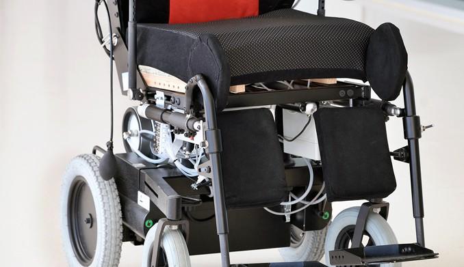 La silla de ruedas se viste con un coj n anti lceras formacion para residencias - Cojin silla de ruedas ...